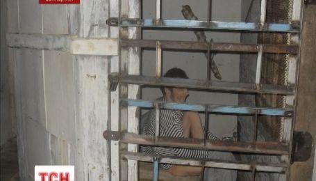 На Сумщине мать полгода держала своего 27-летнего сына в металлической клетке