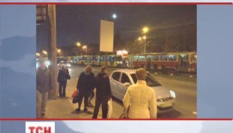 Двоє п'яних чоловіків майже на дві години перекрили рух столичного швидкісного трамваю