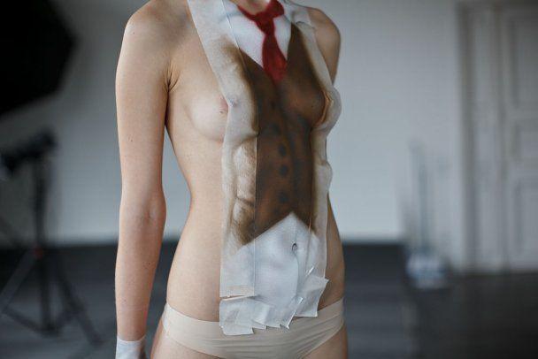 На оголеному тілі моделі намалювали діловий костюм і влаштували неймовірну фотосесію