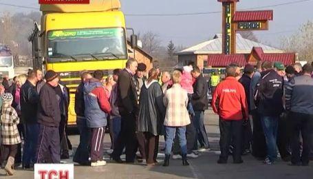 Жителі трьох сіл Косівського району блокують дорогу державного значення