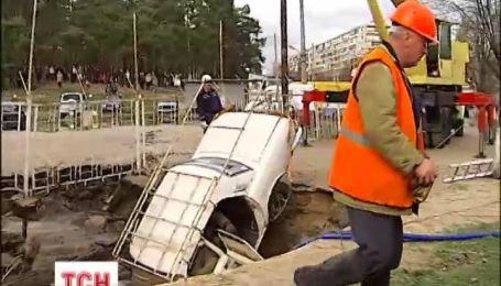 В центре Киева две машины оказались под асфальтом