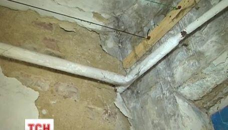 Жилое аварийное общежитие в городе Гнивань в Винницкой области может рухнуть в любой момент
