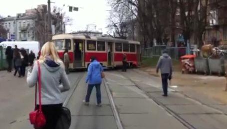 У центрі Києві трамвай зійшов з рейок, перегородивши всю дорогу