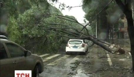 """У Китаї смертельний тайфун """"Хайянь"""" почав відлік людських життів"""