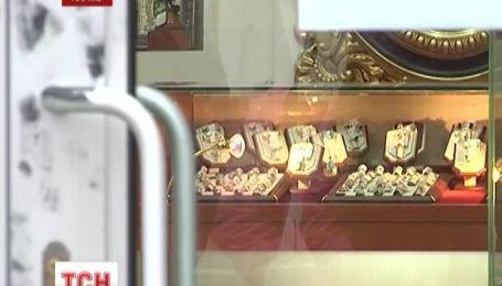 В Харкові озброєні чоловіки пограбували ювелірну крамницю