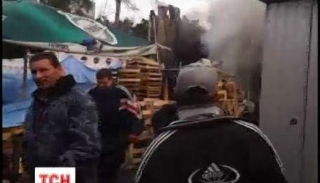 """На рынке """"Лесной"""" полностью выгорел киоск и напугал густым дымом"""