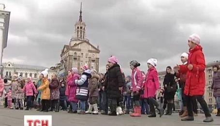 На столичном Майдане Независимости устроили танцевальный флешмоб
