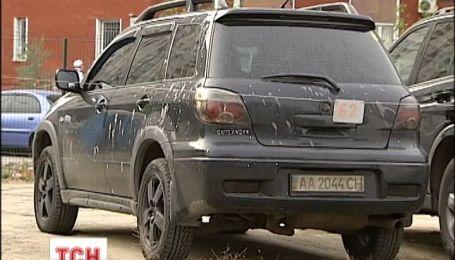 В столице снова обливают кислотой автомобили