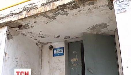 Жители севастопольской многоэтажки живут в страхе из-за аварийного состояния дома