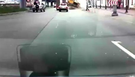 У центрі Києва вантажівка загубила бульдозер