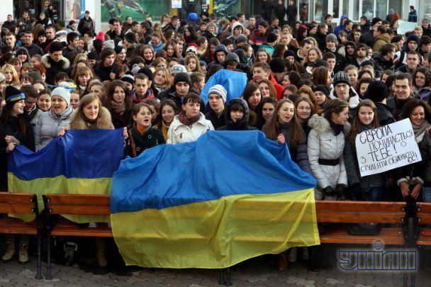 В Ужгороді студенти вийшли на вулиці міста, щоб підтримати Євромайдан