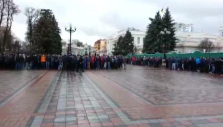 """В Киеве возле Мариинского парка собралось около 500 """"титушек"""""""