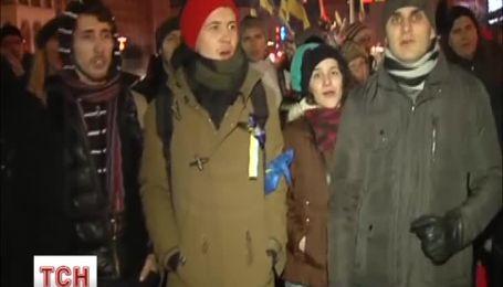 Прямо перед жестоким разгоном на Евромайдане весело пели про карие глаза и черные брови