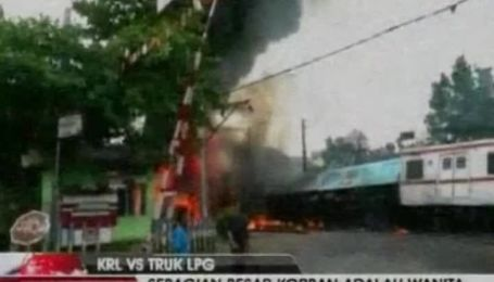 В Індонезії пасажирський потяг протаранив бензовоз