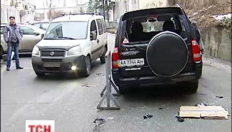 На Подоле камеры видеонаблюдения зафиксировали дерзкое нападение с топорами