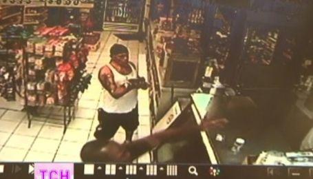 У флоридському магазині чоловік намагався розплатитися за алкоголь маленьким крокодилом