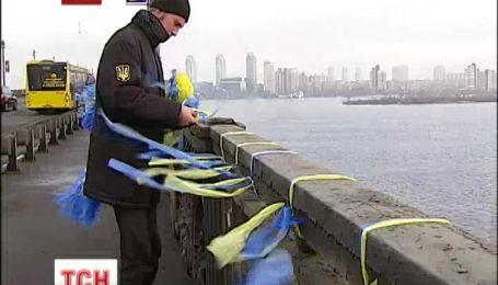 У Києві студенти прикрасили міст Патона жовто-блакитними стрічками