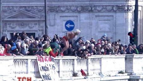 Итальянцы отметили Новый год прыжками в ледяную воду