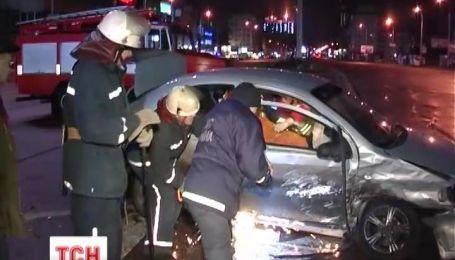 В Киеве спасатели вырезали пассажирку с разбитого вдребезги авто