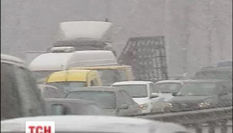 Велика ДТП на дві години паралізувала рух на київській Набережній