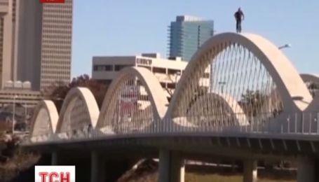 В Техасе американский экстремал прокатился по мосту опасным способом