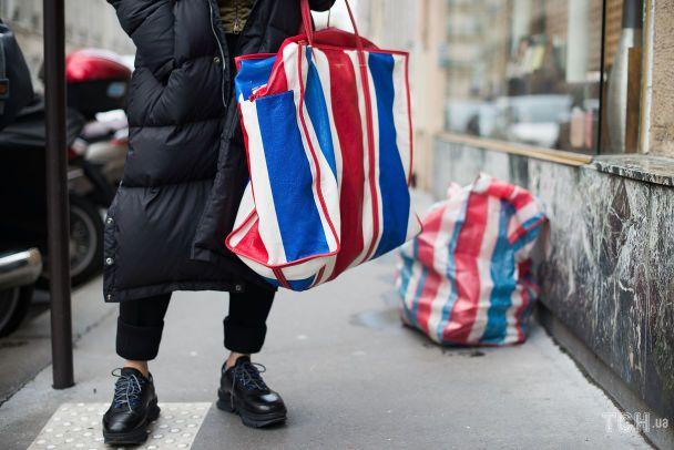 Сумка Balenciaga. Стритстайл під час тижня моди у Париже FW 17/18. 2017 рік / © Getty Images