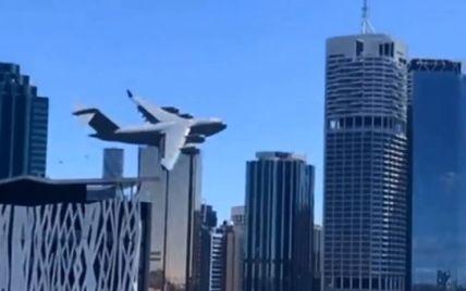 Пролетів на небезпечно близькій відстані до хмарочосів: в Австралії літак наполохав людей своїми трюками