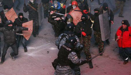 Зіткнення на Грушевського: постійні вибухи, крики людей і суцільний дим