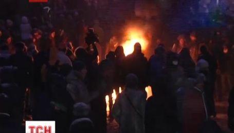 Мітингувальники зробили барикади зі спалених автівок