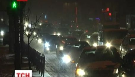Первый большой снег парализовал движение в Киеве