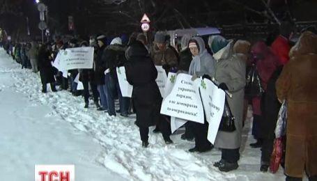 Несколько тысяч пикетчиков окружили посольство Соединенных Штатов Украины