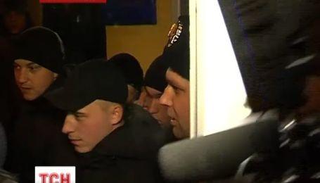 Івано-Франківці блокують виїзди з частини, де дислокуються внутрішні війська