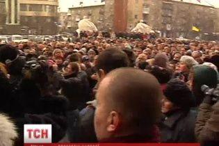 """У Тернополі захопили будівлю ОДА: з міліції зривали погони, а """"Беркут"""" тікав через другий вихід"""