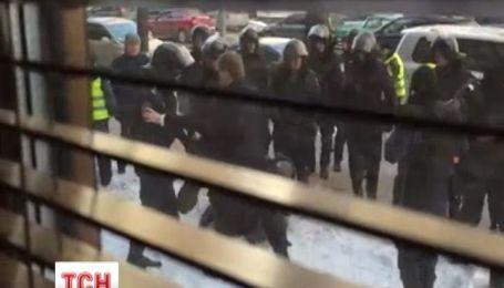 Правоохранители пытались задержать людей с каской на голове