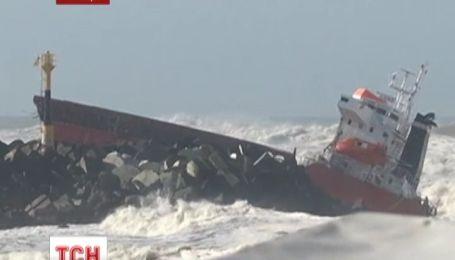 Возле Франции грузовое судно раскололось надвое