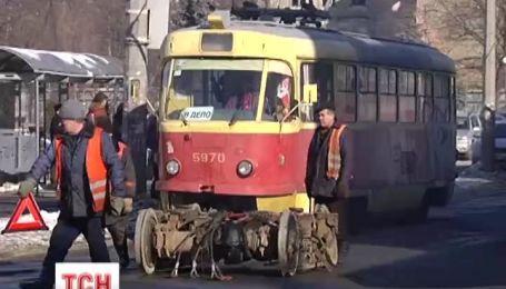 В Киеве у трамвая на ходу отломилось колесо