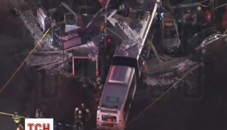 В Нью-Йорке автобус столкнулся с грузовиком и вылетел на обочину