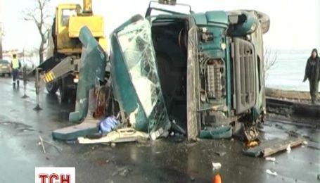 Вантажівка знесла огорожу і стовп на Варварівському мосту в Миколаєві