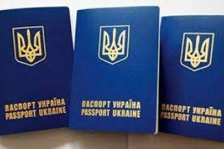 170 грн за закордонний паспорт чи 5 років тюрми: запропонуйте чиновнику вибір