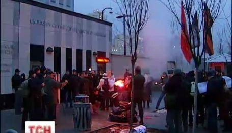 Портрет Нуланд демонстративно сожгли под посольством США