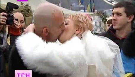На Майдане с размахом гуляют свадьбу