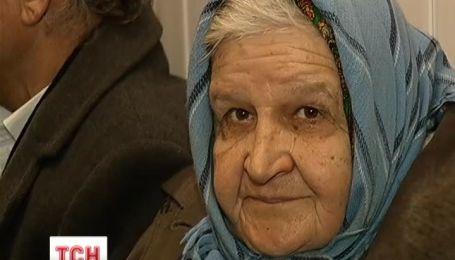 Люди в довгих чергах надіються отримати пенсії