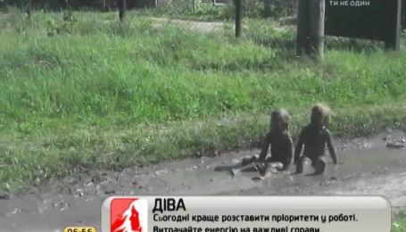 Трое детей покорили Интернет, играя в грязи