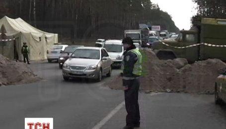 Въезды в Киев перекрыты песком, машины стоят в длиннющих пробках