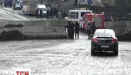 На Грушевського почали прибирати і встановили бетонні барикади