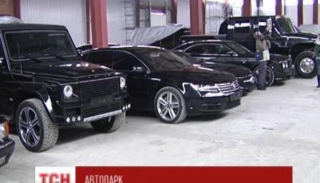 Активісти «Правого сектору» знайшли покинутий склад ексклюзивних авто