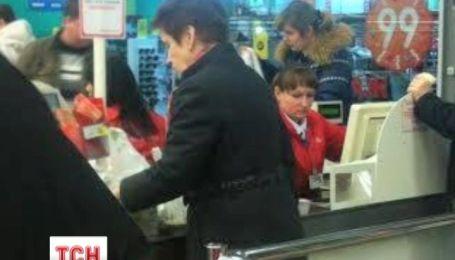 Дружина Януковича купувала в Ашані продукти - очевидці