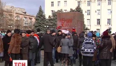 В Херсоне в драку перерос митинг против снесения памятника Ленину