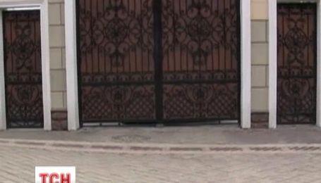 В Крыму забаррикадировали особняк Виктора Медведчука