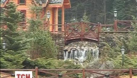 """К резиденции Януковича в Карпатах также выстраиваются очереди """"туристов"""""""